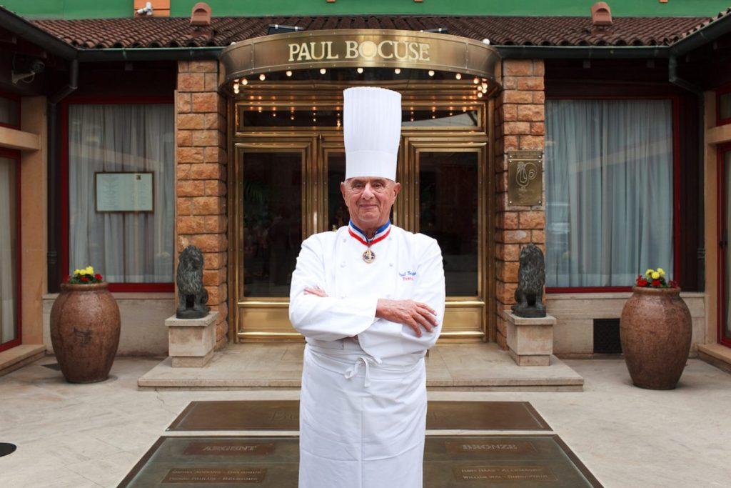 Ritratto delle chef Paul Bocuse davanti al suo ristorante