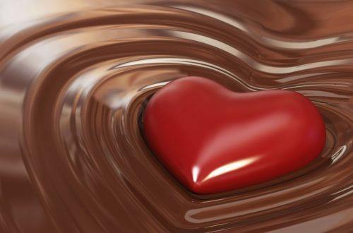 cuore rosso che affonda nel cioccolato