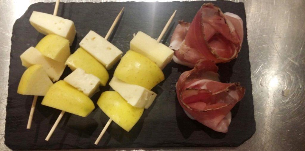 triade dal macante formaggio mele e speck