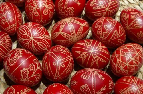 uova di gallina decorate in rosso