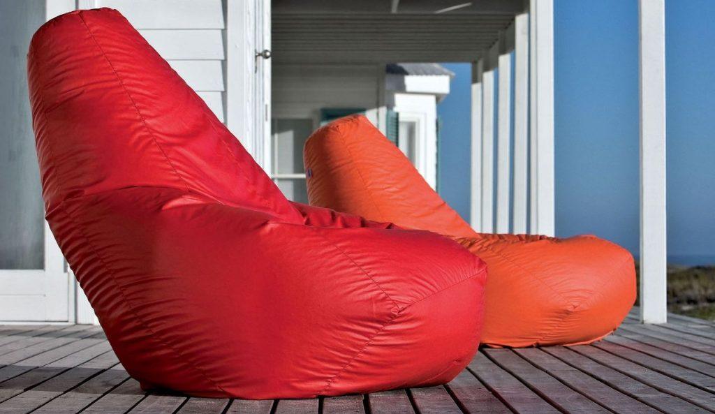 sedute pouf-sacco sotto al portico