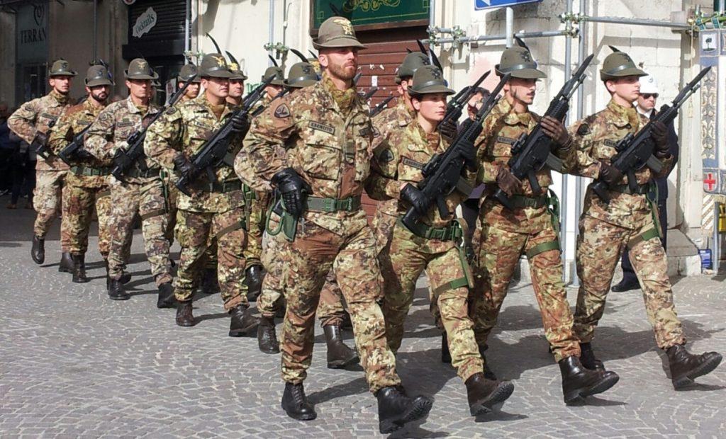 sfilata degli Alpini con armi