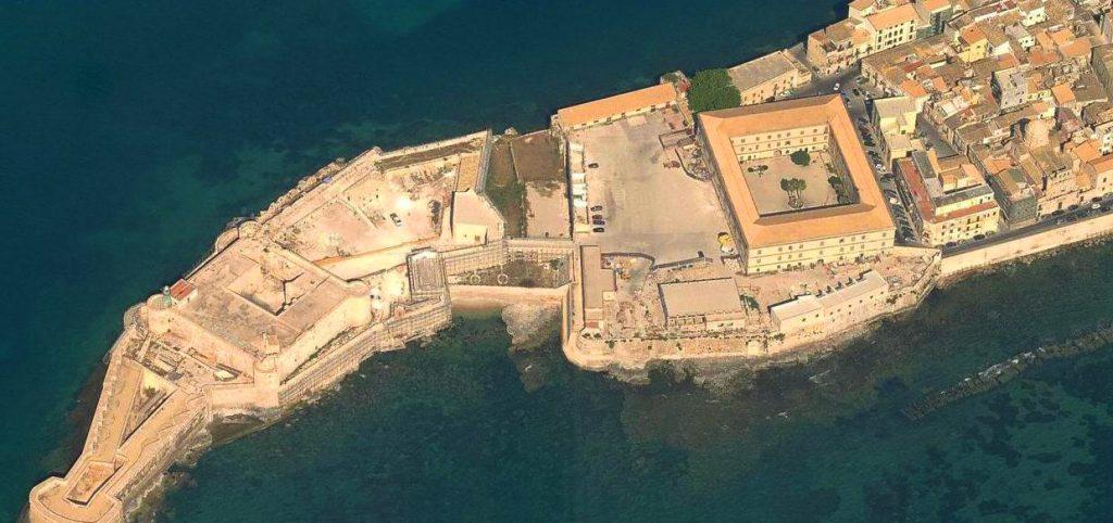 visione aerea di porto fortificato Giro d'Italia