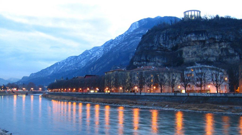 Trento si specchia nell'Adige Giro d'Italia