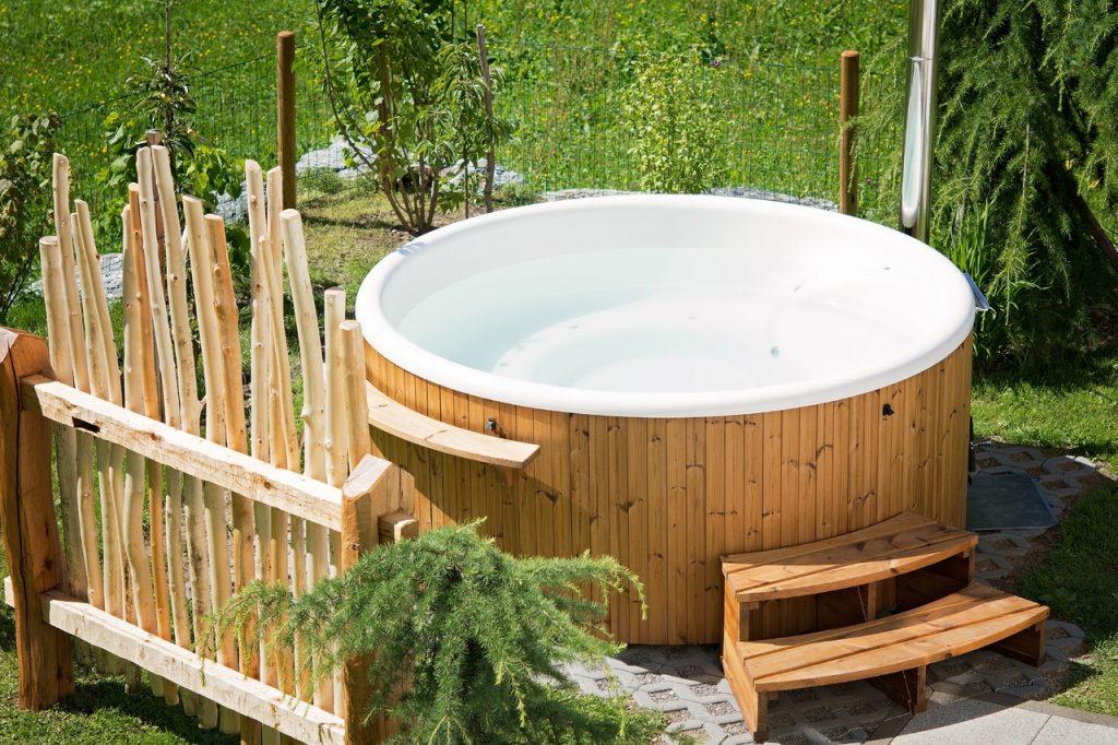hot tub circolare in giardino
