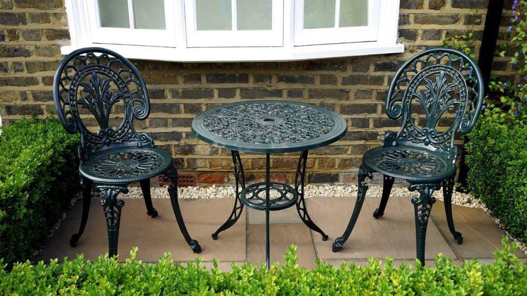 giardinetto con tavolino e sedie