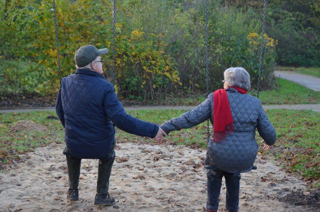 campare oltre i centanni anziani in altalena