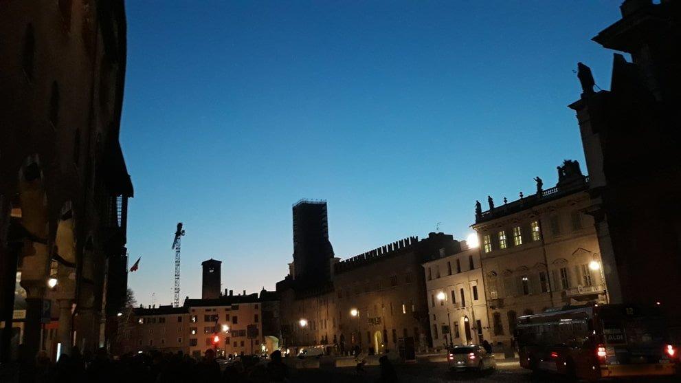 Piazza Sordello in notturma a Mantova