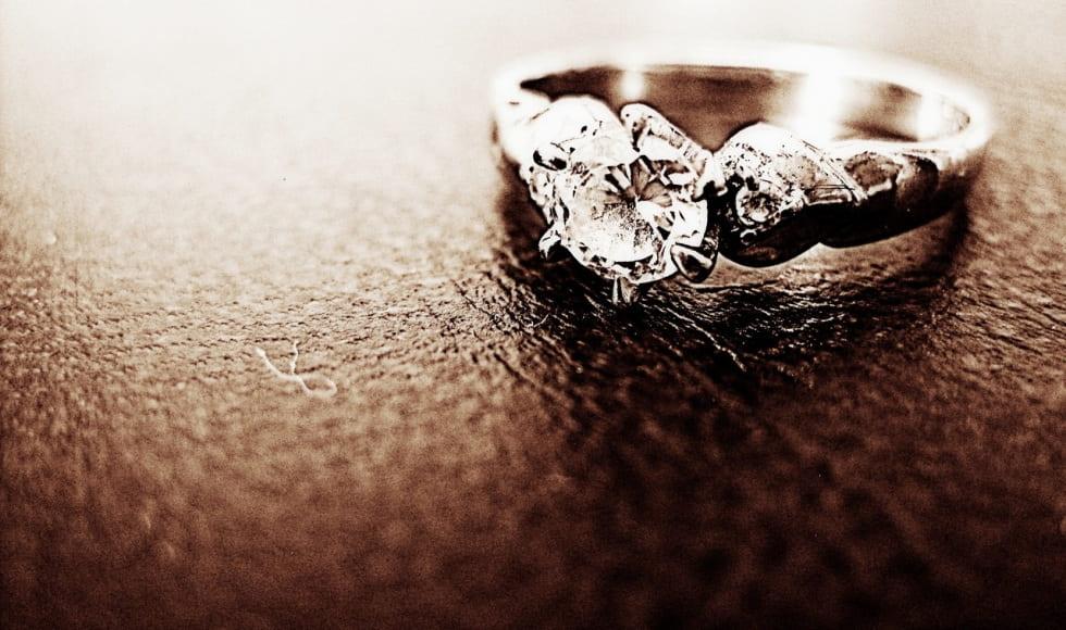 anello con pietra preziosa