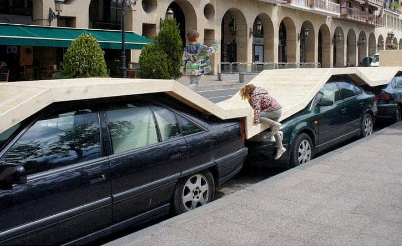 Un mini parco sulle auto parcheggiate