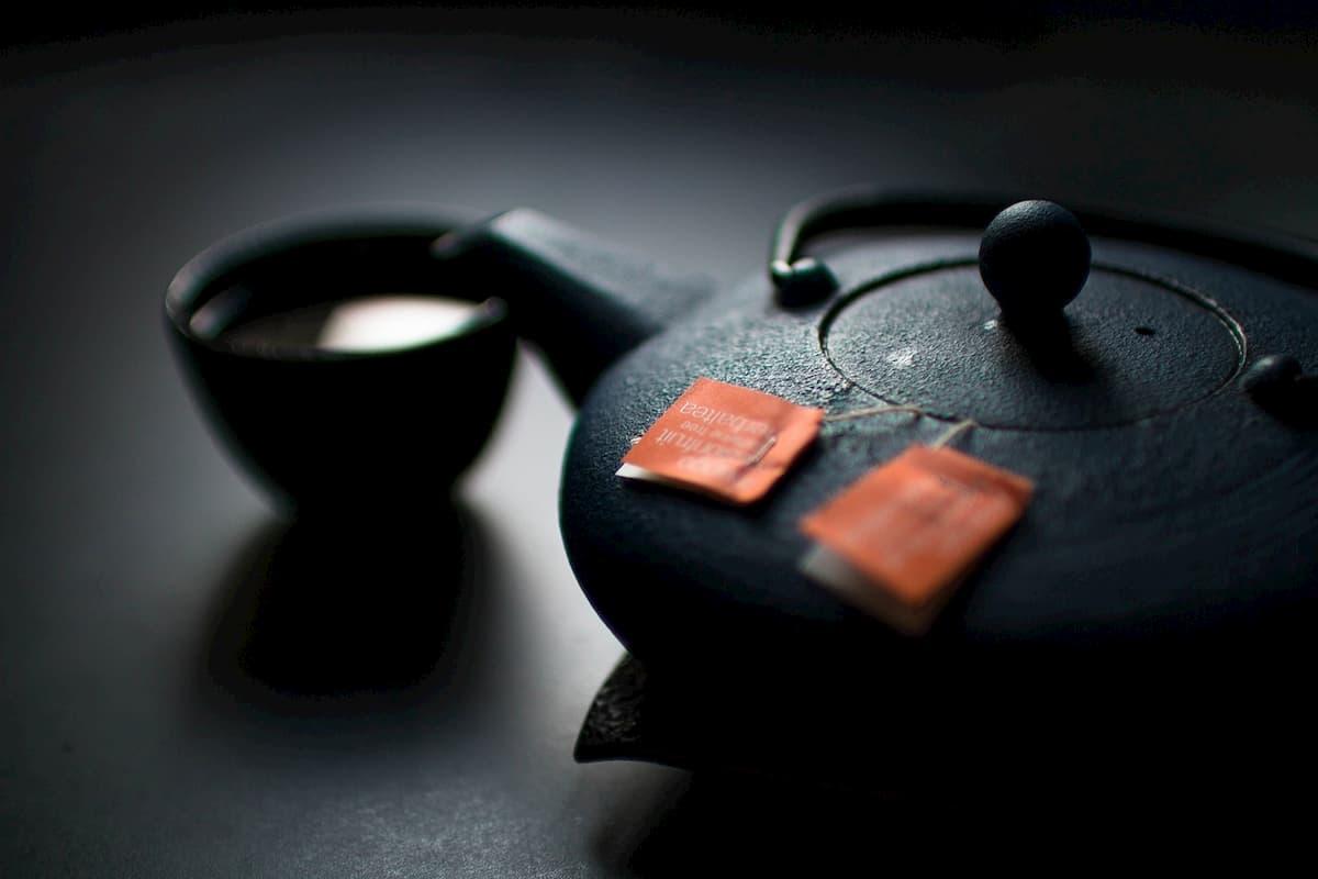 Bustine di tè che rilasciano microplastiche