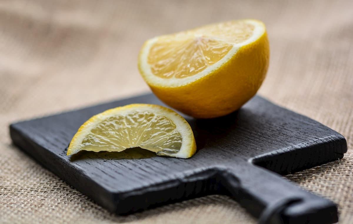 Limone, tutti i pregi e difetti di un frutto sempre amato