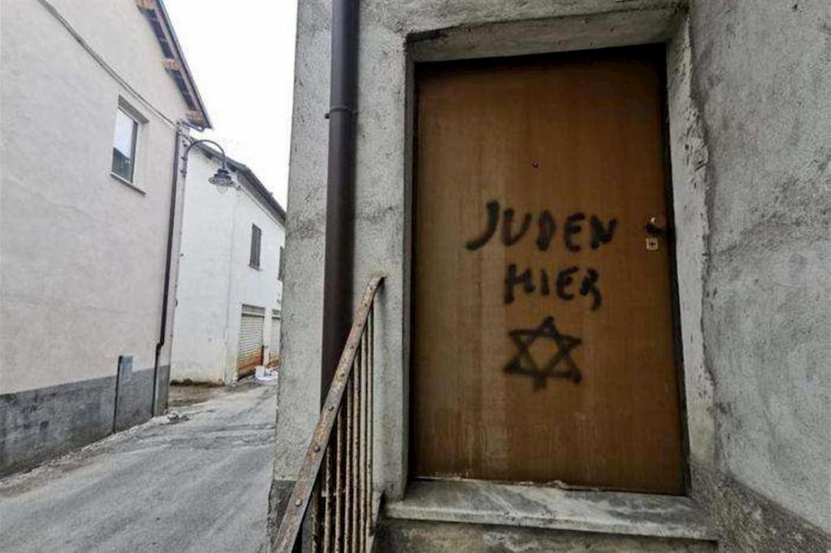 Scritta antisemita sulla porta di casa