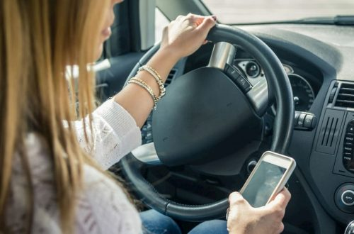 nuovi limiti per chi usa il telefono alla guida