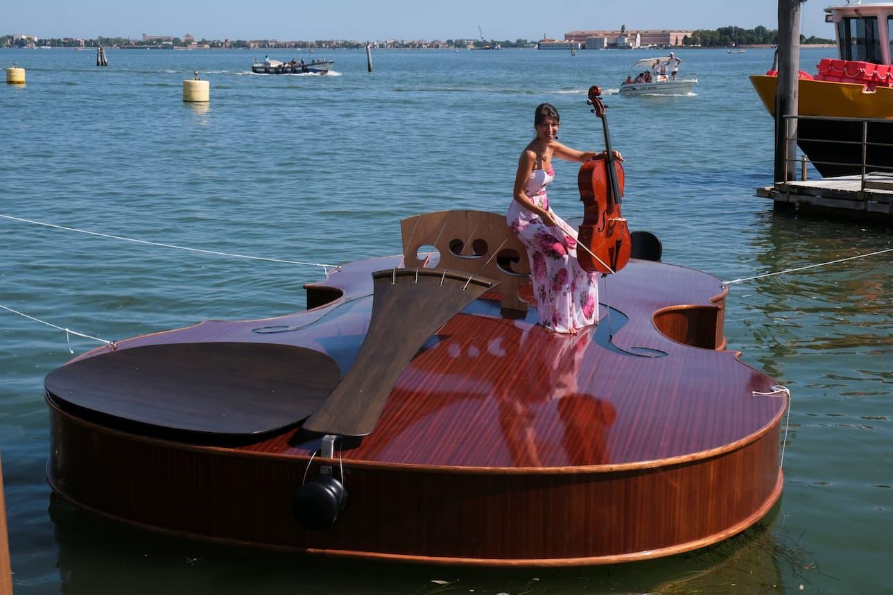 Un violino gigante nel Canal Grande di Venezia